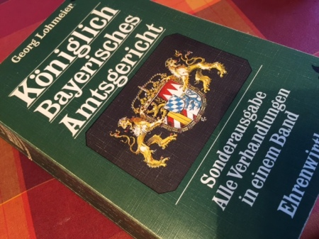Das Buch mit den gesammelten Fällen des Amtsgerichts aus dem Bücherschrank meiner Eltern.