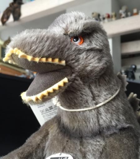 Endlich ist er nach drei Monaten eingetroffen: Die Steiff-Edition von Godzilla aus Japan.