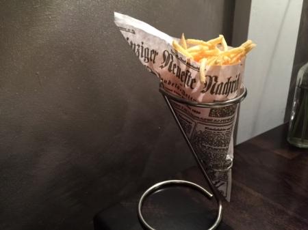 Das freut den Zeiungsmann: Pommes allumettes originell präsentiert.