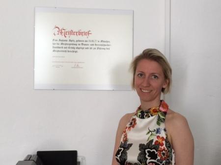 Susanne Spitz vor ihrem Meisterbrief.