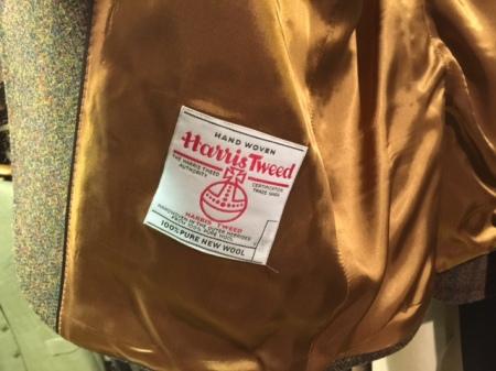 Jedes Kleidungsstück aus Harris Tweed ist übrigens mit einem Echtheitsetikett ausgezeichnet, das das Markenzeichen des Harris Tweed, den Orb, einen Reichsapfel, und eine durchlaufende Nummer trägt.