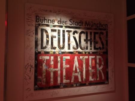 Bis auf die scheppernde Klima-Anlage ist das Deutsche Theater ein Genuss.