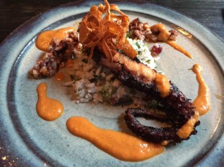Oktopus mit fermentierten Blumenkohl