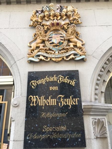 Das herzogliche Wappen ist heute noch an der Geschäftsfassade zu sehen.