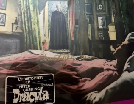 Mein Autogramm von Sir Christopher Lee auf einem Original-Aushangfoto von Dracula 1958.