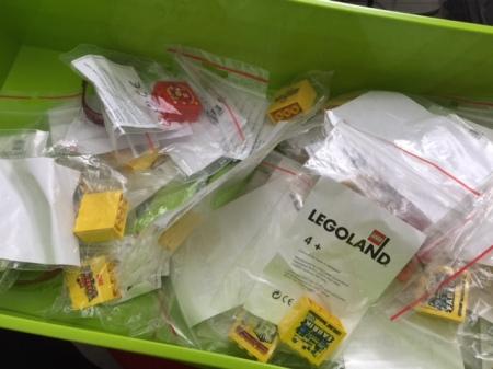 Lego-Kiste mit Lego-Sammlersteinen.