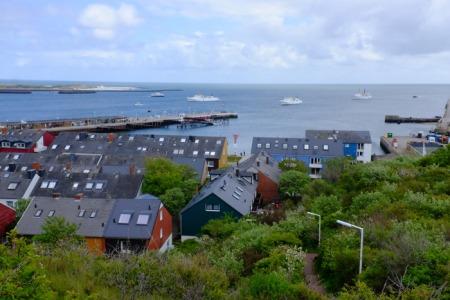 Blick von Helgoland auf die wartenden Schiffe.
