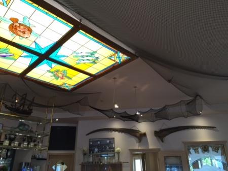 m Zentrum des Raumes steht die gläserne Deckenbeleuchtung im Tiffany-Style