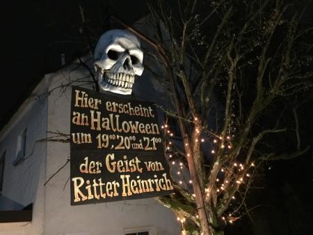 Bei uns im Dorf macht der örtliche Künstler eine Halloween-Aufführung.