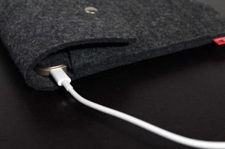 Eine Ladeaussparung für den USB-C Anschluss.