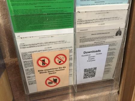 Das Schild ist falsch. Es gibt noch viel mehr Sprachen.