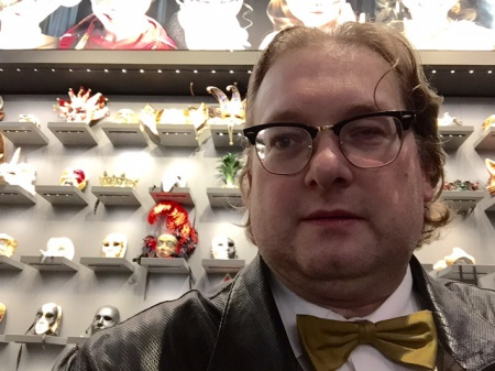Ich (nicht maskiert) im Horrorladen - Maskworld.com in Berlin.