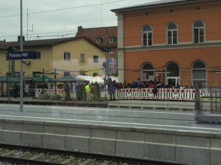 Am Bahnhof in Passau kommen die Flüchtlinge an - Tag für Tag.