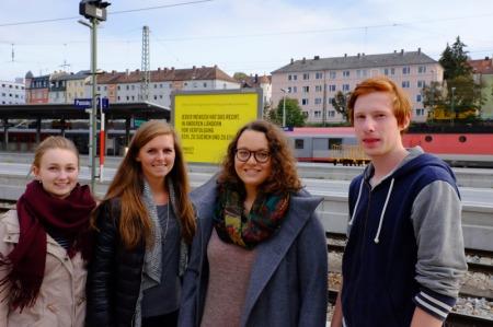 Mit meinen Schülerzeitungsredakteuren mache ich eine Exkursion zum Bahnhof Passau. In der Mitte die Chefredakteurin Charlotte.