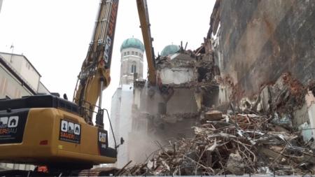 An der Weinstraße in München wird derzeit ein Geschäftsgebäude abgerissen.