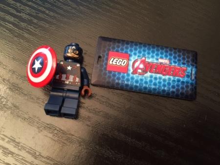 Captain American mit Schild wirbt für das neue Lego-Spiel.