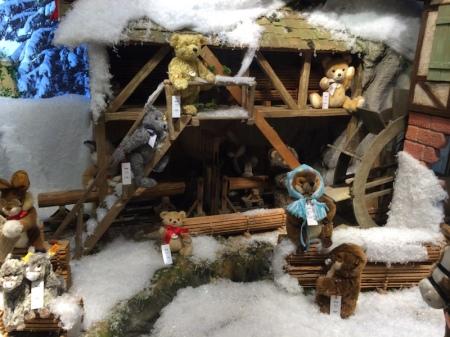 Im Schaufenster der Galerie Kaufhof gibt es Steiff Bären zu Weihnachten zu bewundern.