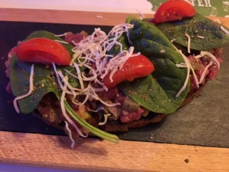 Beef Tatar, handgeschnittenes Roastbeef auf handgerösteten Liebesbier-Brot und Charlotten und marinierte Gurken