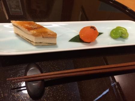 Millefeuille mit Aal und Tofu,  Eigelb mit Miso und gewürzte Saubohnen.