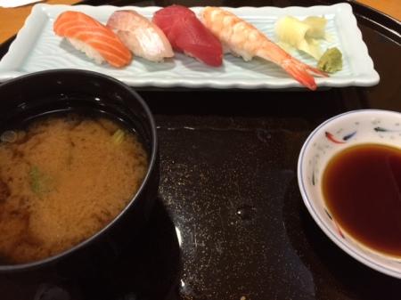 Sushi Platte mit vier Sushi und Misosuppe.