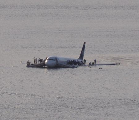 Eine Notwasserung am 15. Januar 2009 war notwendiginfolge von doppeltem Vogelschlag. Das Bild ging durch Twitter in die Welt. Foto: Wikipedia