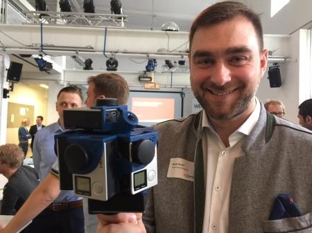 Martin Prankl mit seiner 360 Grad Kamera, bestehend aus sieben GoPros