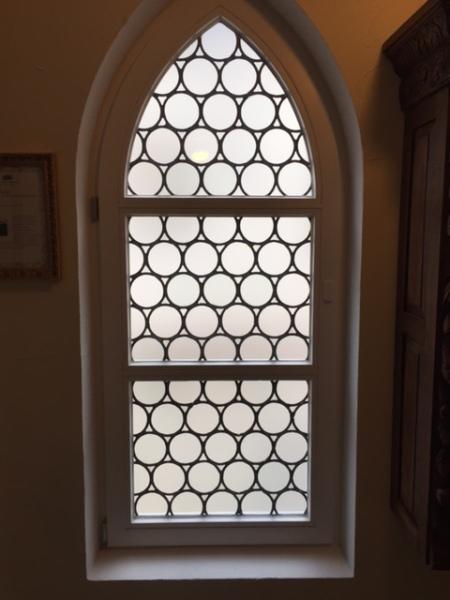 Spitzbogenfenster im Hotel Prinz Luitpold Bad in Bad Hindelang im Allgäu.