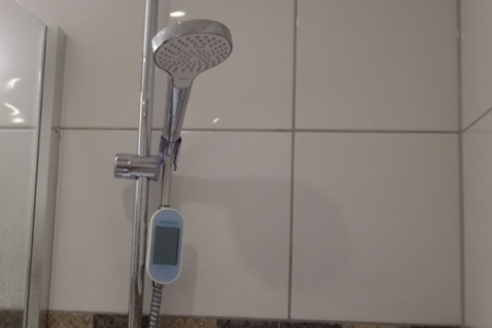 In der Dusche ist der Wasserzähler.