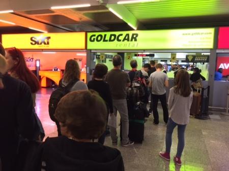 Lange Schlangen am Schalter von Goldcar am Flughafen Palma.