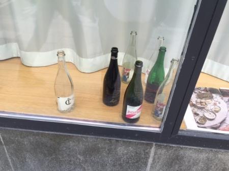 Leere Flaschen im Schaufenster.