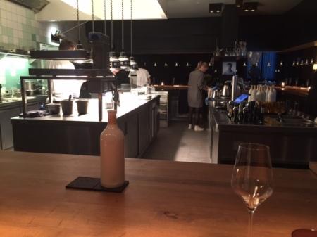 Blick in die offene Küche.
