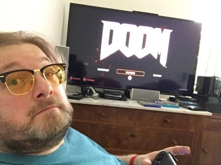 Müde, aber glücklich beim Doom-Spielen.