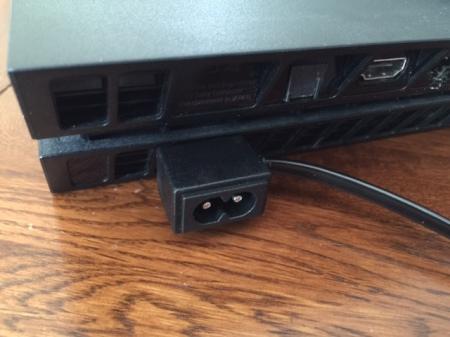 Auf der Rückseite den Game Bar-Stecker mit dem Stecker der PS4 verbinden.