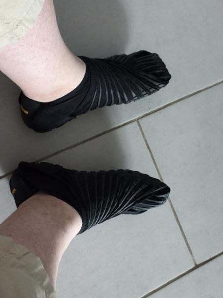 Gewickelter Schuh durch die Vibram FiveFingers Furoshiki
