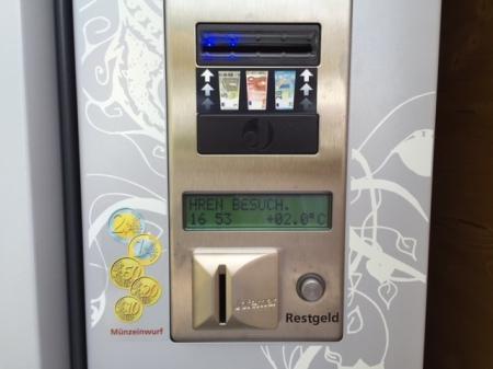 Schade, der Automat nimmt nur Papiergeld.