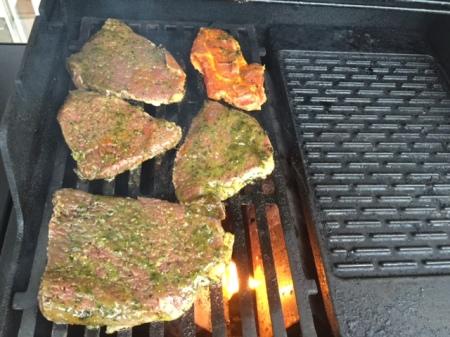 Das Ochsenfleisch auf dem Webergrill.