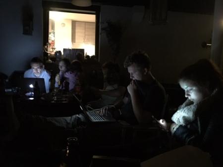 Nachts verfolgten wir die Nachrichtenlage.