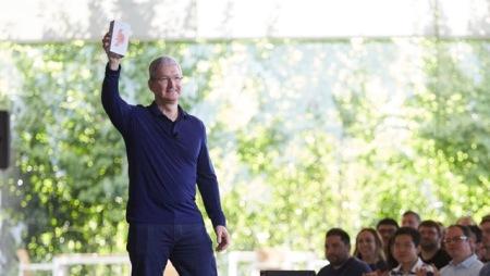 Apple Chef Tim Cook und das erfolgreiche Apple Produkt. Foto: Apple