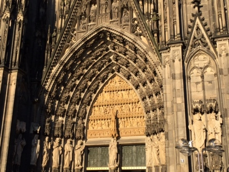 Das gotische Portal am Kölner Dom.