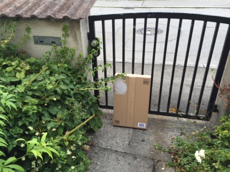 Mal stehen die Pakete hinter der Gartentüre.
