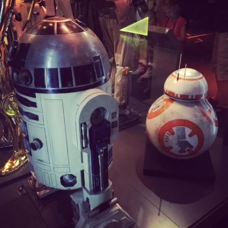 R2D2 und BB-8 in einer Ausstellung.