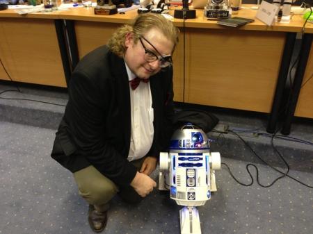 Gestern ist Kenny Baker gestorben, der den R2D2 verkörpert hat.