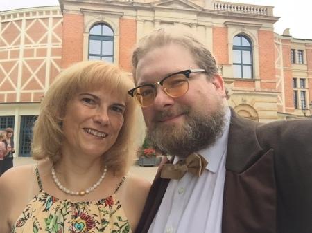Doris Ortlieb und ich vor dem Bayreuther Festspielhaus.