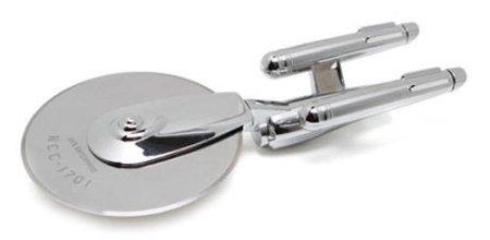 Neuer Einsatzort Küche: Die Enterprise als Pizzaschneider.