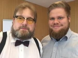 Zwei Bärte auf einem Foto: Matthias J. Lange und Moritz Kienast.