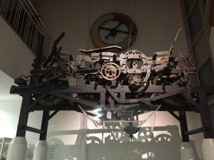 Das ehemalige Uhrwerk von St. Kilian Schweinfurt hängt heute im Kolping Hotel.