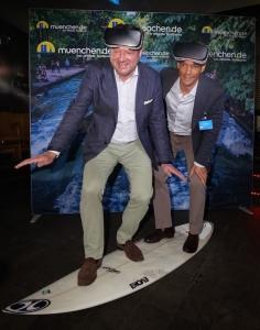 Bürgermeister und Geschäftsführer auf dem virtuellen Surfbrett.