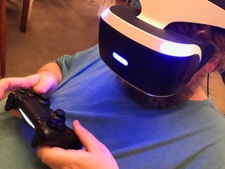 Die VR-Brille sitzt bequem auch für Brillenträger.