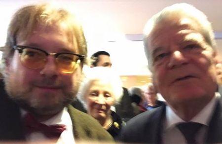 Unscharfes Selfie mit dem Bundespräsidenten Joachim Gauck.