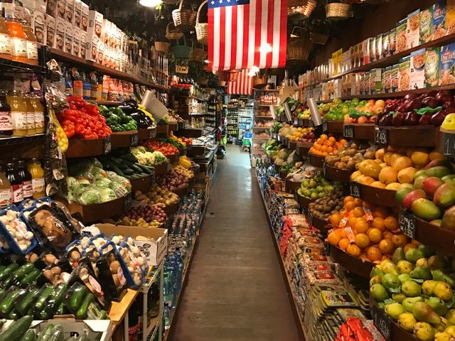 Fahne und Produkte - Warenpräsentation in einem kleinen Markt in Brooklyn.
